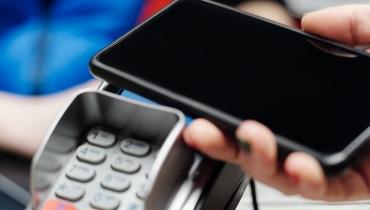 Zakupy stacjonarne: jak płacić bezgotówkowo bez użycia karty? [Apple Pay, Google Pay, BLIK]