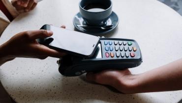 Płatności smartfonem – jak z tego korzystać?