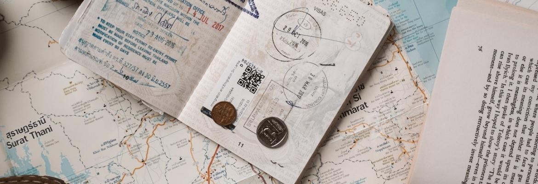 Jak płacić kartą za granicą? Jak tanio korzystać z karty walutowej?