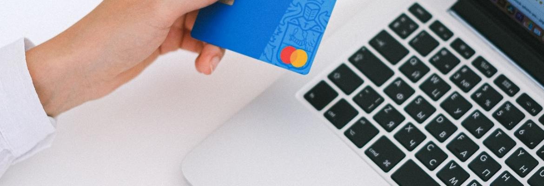 Czy podawanie numeru karty debetowej lub kredytowej w internecie jest bezpieczne?